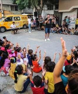 """لتخفيف آثار  العدوان الإسرائيلي .. """"حافلة موسيقى"""" تجوب شوارع غزة"""