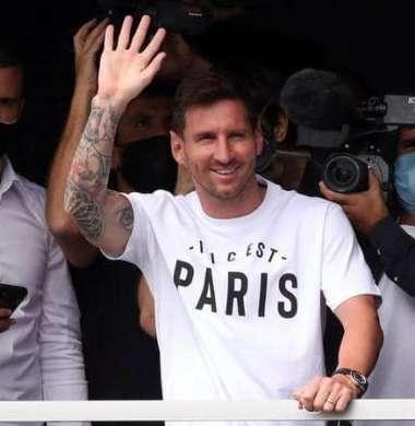 ميسي يصل باريس لإنهاء انتقاله إلى سان جرمان