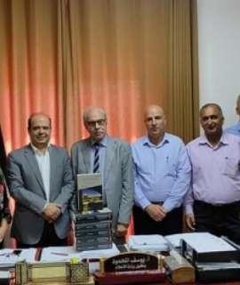المحمود يستلم أكبر موسوعة عربية وفلسطينية لأعلام فلسطين