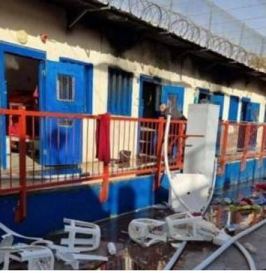 هيئة الأسرى: جرائم نازية في سجن النقب والأسرى يحرقون الغرف