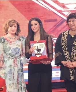 انهيار وبكاء دنيا سمير غانم في أول ظهور لها بعد وفاة والدتها